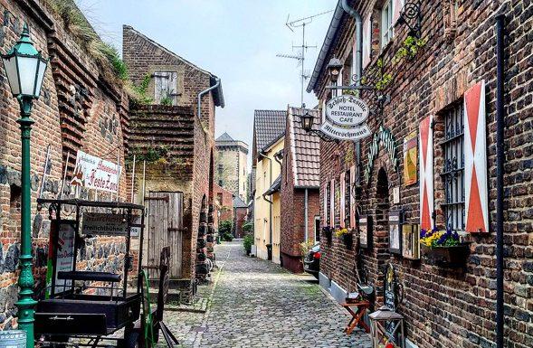 Katja_Schmitt_Zons_Medieval_Alleyway
